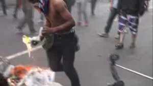Chavistas y opositores se enfrentan en Caracas Video: