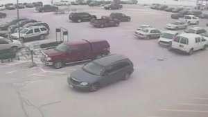 Video: Anciano choca su Minivan contra 10 autos Video: