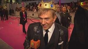 Osmel Sousa se pone la corona en la alfombra de Premio lo Nuestro Video: