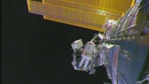 Salida orbital de astronautas para trabajar en la ISS Video: