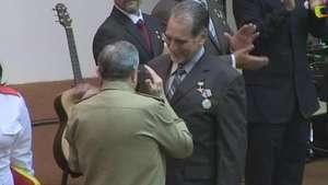Castro condecora a