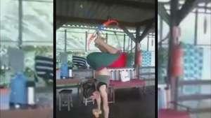 Increíble flexibilidad y habilidad de mujer con el arco Video: