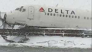 Avión sale de pista por tormenta de nieve en Nueva York Video: