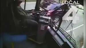Terrible: Conductor de autobús se distrae y arrasa con todo  Video: