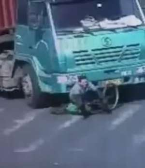 Ciclista sobrevive a atropelamento por carreta na China Video: