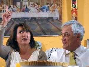 Piñera junto a una de las familias beneficiadas con el bono ético familiar. Foto: UPI