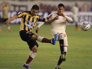 Raúl Ruidíaz rompió su sequía de goles y provocó un penal para Universitario. Foto: Miguel Ángel Bustamante / Terra Perú
