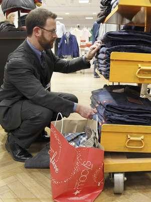 Foto del 13 de diciembre del 2011 de un comprador en los grandes almacenes Macy's de Chicago. Muchos minoristas cerraron la temporada navideña con sólidas ventas en diciembre.   Foto: Charles Rex Arbogast / AP