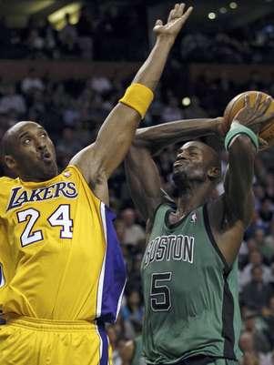 Kevin Garnett (5), de los Celtics de Boston, lanza frente a Kobe Bryant (24), de los Lakers de Los Angeles, durante el segundo cuarto de un partido de la NBA en Boston, el jueves 9 de febrero de 2012.  Foto: Charles Krupa / AP