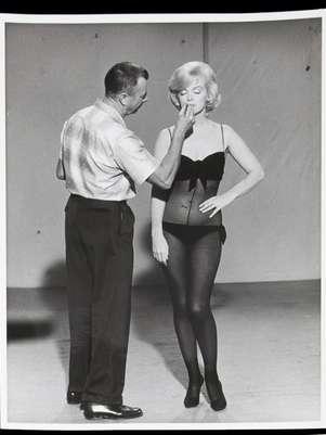 """En esta foto de 1960 difundida por Julien's Auctions, Allan """"Whitey"""" Snyder maquilla a Marilyn Monroe en el plató de """"La adorable pecadora"""". La imagen es parte de la subasta Leyendas de Hollywood de la casa Julien's Auctions, a realizarse entre el 31 de marzo y el 1 de abril del 2012 en Beverly Hills, California.  Foto: Julien's Auctions / AP"""