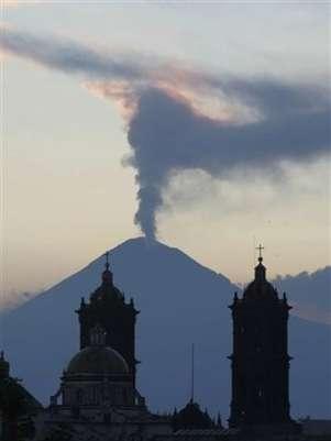 Fumarola en el Popocatépetl, hace dos días  Foto: AP