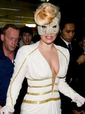 Lady Gaga llegó a Corea con una máscara de perlas Foto: Daily Mail