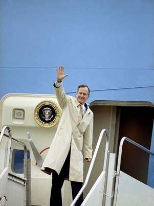El presidente George H.W. Bush antes de abordar el avión presidencial en la Base Aérea Andrews en una fotografía del 19 de febrero de 1992. HBO se encuentra en la postproducción de un documental sobre el ex presidente George H.W.  Bush que se estrenará dos días después de su cumpleaños 88 en junio.   Foto: Charles Tasnadi, archivo / AP