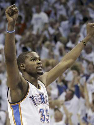 El alero del Thunder de Oklahoma City, Kevin Durant (35), festeja el triunfo sobre los Spurs de San Antonio en el Juego 6 de la final de la Conferencia del Oeste de la NBA, el miércoles 6 de junio de 2012 en Oklahoma City. El Thunder enfrentará al Heat de Miami el martes 12 de junio en el Juego 1 de la final de la liga.  Foto: Sue Ogrocki / AP