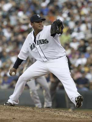 Seattle Mariners' Felix Hernandez delivers a pitch in the fifth inning against the Texas Rangers during their MLB American League game in Seattle, Washington July 14, 2012. Foto: Kevin Casey / Reuters In English