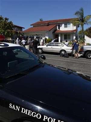 Un vehículo de la policía de San Diego estacionado frente al hogar de Arlene Holmes, Madre de James Holmes, responsable del tiroteo y la muerte de 12 personas.  Foto: Mike Blake / Reuters en español