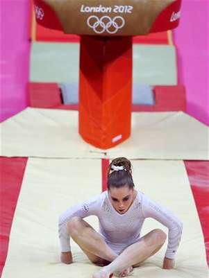 La rumana Sandra Izbasa dio un disgusto a la estadounidense favorita para hacerse con el oro, McKayla Maroney, en la final de salto de gimnasia artística de los Juegos Olímpicos de Londres el domingo. En la imagen, Maroney tras fallar en uno de sus saltos, el 5 de agosto de 2012. Foto: Mike Blake / Reuters en español