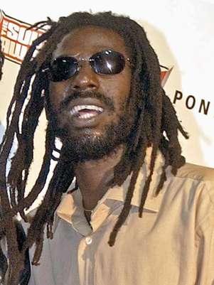 El cantante de reggae  jamaiquino Buju Banton en la entrega de los premios Source Hip-Hop Music en Miami en una fotografía de archivo del 13 de octubre de 2003. Un juez federal negó a Banton la solicitud de un nuevo juicio argumentando que no es necesario por que existe un fallo previo de una corte de apelaciones. El cantante de reggae fue declardo culpable de asociación delictuosa y tráfico de cocaína el 22 de febrero de 2011 y cumple con una sentencia a 10 años de prisión.  Foto: Yesikka Vivancos, archivo / AP