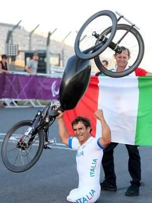 Alex Zanardi created one of the iconic images of the Paralympic Games upon celebrating his gold medal.  Foto: Gareth Fuller/PA) UNITED KINGDOM OUT  NO SALES  NO ARCHIV / AP