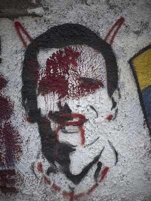 La foto del viernes 28 de septiembre de 2012 muestra la imagen del candidato opositor a la presidencia de Venezuela, Henrique Capriles, alterada con pintura roja, en un muro en Caracas  Foto: Ariana Cubillos / AP