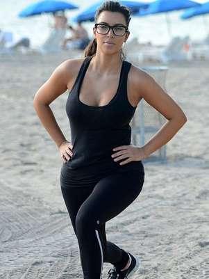 Kim Kardashian recientemente fue captada ejercitándose en las playas de Miami. Foto: Reproducción MailOnline
