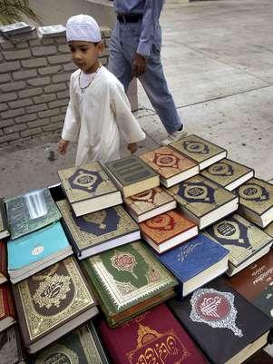 Residentes y periodistas dijeron que un transeúnte vio como los niños arrancaban páginas de una copia del Corán y orinaban sobre él frente a una mezquita local. Foto: Getty Images