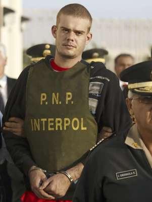 En esta fotografía de archivo del 4 de junio de 2010, el holandés Joran van der Sloot aparece custodiado cerca de una estación de policía en Tacna.  Foto: Karel Navarro, archivo / AP
