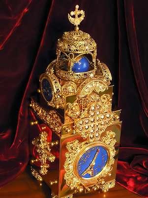 La pieza está fabricada en latón y plata, con un diseño exterior cubierto de rubíes, diamantes y zircones. Foto: karelin.elcom.ru
