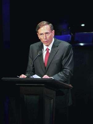 David Petraeus habló con la periodista de CNN Kyra Phillips. Foto: EFE en español