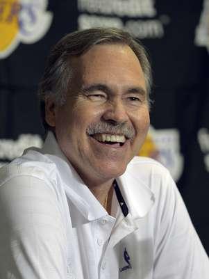 Mike D'Antoni, entrenador de los Lakers de Los Angeles, sonríe durante una conferencia de prensa antes de su partido frente a los Rockets de Houston, el domingo 18 de noviembre de 2012, en Los Angeles.  Foto: Mark J. Terrill / AP