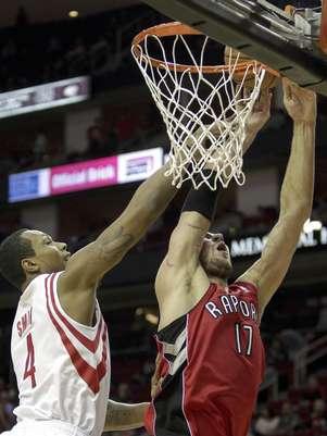 Greg Smith (4), de los Rockets de Houston, recibe falta de Jonas Valanciunas (17), de los Raptores de Toronto, en la primera mitad del partido en Houston, el martes 27 de noviembre de 2012. Los Rockets ganaron 117-101 a los Raptors.  Foto: Bob Levey / AP
