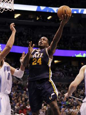 Utah Jazz power forward Paul Millsap (24) shots the ball against the Orlando Magic during the second half of an NBA basketball game, Sunday, Dec. 23, 2012, in Orlando, Fla. Utah Jazz defeated the Orlando Magic 97-93. Foto: AP in English