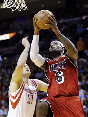 Miami Heat forward LeBron James (6) shoots against Houston Rockets center Cole Aldrich (31) during the first half of an NBA basketball game, Wednesday, Feb. 6, 2013, in Miami. Foto: AP in English