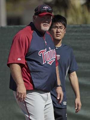 En esta foto el intérprete japonés Ryo Shinkawa está listo para asistir al mánager de los Mellizos de Minnesota Ron Gardenhire observa a los jugadores durante un entrenamiento primaveral. Foto: Dave Martin, Archivo / AP