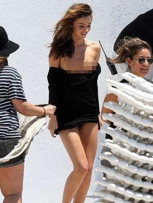 Miranda Kerr dejó al descubierto su busto a causa de un accidente con su vestido. Foto: Difusión