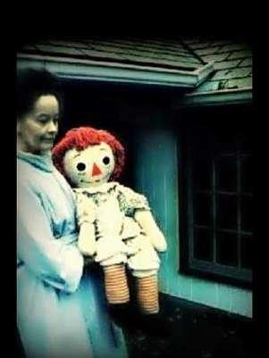 Esta es la muñeca original que se movía de lugar en la habitación de Donna. Foto: http://www.warrens.net/