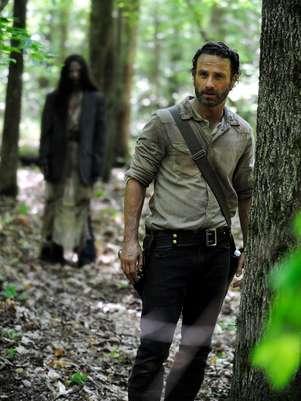 Al verlo cubierto de sangre y vísceras de zombis, es difícil imaginar a Andrew Lincoln como un galán de películas románticas. Foto: Reforma