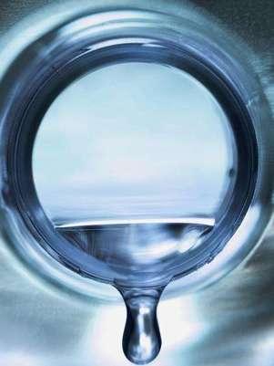 Beber medio litro de agua mineral bicarbonatada sódica durante las comidas reduce hasta en 15% los factores de riesgo cardiovascular. Foto: Getty Images
