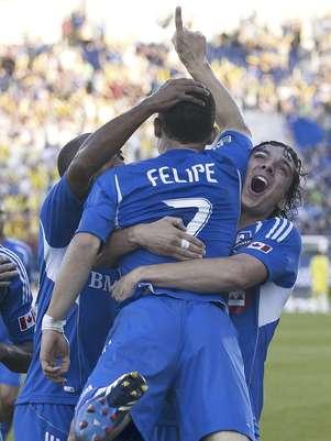 Felipe Martins, del Impact de Montreal es alzado en brazos por su compañero Zarek Valentin, después de anotar frente a los Sounders de Seattle en el partido del sábado 16 de junio de 2012  Foto: The Canadian Press, Graham Hughes / AP
