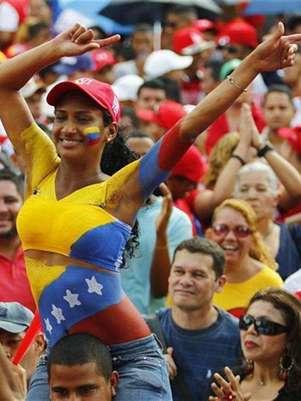 Unos partidarios del mandatario venezolano, Hugo Chávez, reunidos para su inscripción ante las autoridades electorales en Caracas, jun 11 2012. El presidente venezolano, Hugo Chávez, y su retador, el opositor Henrique Capriles, se preparan para confrontar dos modelos políticos en las urnas electorales el próximo 7 de octubre. Foto: Carlos Garcia Rawlins / Reuters en español