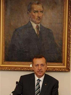 El primer ministro turco, Recep Tayyip Erdogan, asiste a una reunión en Ankara. jun 24 2012. Turquía acusó el domingo a Siria de derribar un avión militar turco en espacio aéreo internacional sin aviso previo y llamó a una reunión de la OTAN para discutir una respuesta al presidente sirio, Bashar al-Assad. Foto: Kayhan Ozer / Reuters en español