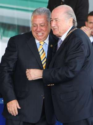 FIFA's President Joseph Blatter, right, embraces Ecuador' Soccer Federation President Luis Chiriboga at the opening of Ecuador's national soccer team headquarters in Quito, Ecuador, Monday Nov. 22, 2010. Chiriboga told goal.com that the U.S. could host a special 16-team Copa America in 2016. Foto: AP in English