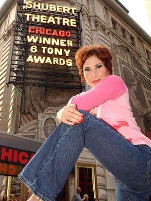 """En esta foto de archivo del 25 de junio del 2002, la actriz mexicana Bianca Marroquin posa frente al Teatro Shubert en Nueva York previo a su actuación en el musical """"Chicago"""". Marroquín está celebrando sus 10 años en Broadway, donde debutó el 18 de junio del 2002 como Roxie Hart en """"Chicago"""", convirtiéndose en la única latina hasta el sol de hoy en desempeñar dicho papel.  Foto: Stephen Chernin, Archivo / AP"""