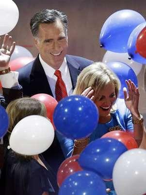 El candidato republicano Mitt Romney sonríe en medio de los globos mientras avanza precedido por su esposa Ann duriante la Convención Republicana en Tampa, Florida. Foto: AP