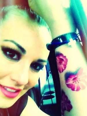 María José presumió un diseño de mariposas en su brazo. Foto: Twitter, @lajosa
