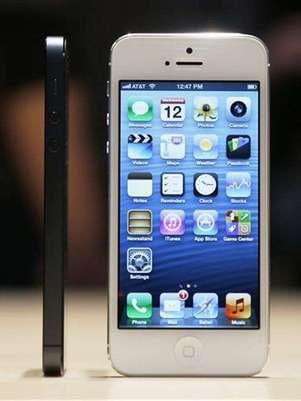 """Foto de archivo de unos teléfonos iPhone 5 de Apple durante su presentación durante un evento de la firma en Los Angeles, sep 12 2012. La demanda por el nuevo teléfono iPhone 5 de Apple Inc ha sido """"increíble"""", dijo el miércoles el presidente ejecutivo de la empresa estadounidense de telecomunicaciones AT&T Inc, Randall Stephenson. Foto: Beck Diefenbach / Reuters en español"""