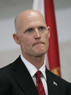Rick Scott se confundió al dar el teléfono de una línea sobre información acerca del brote de menengitis. Foto: AP