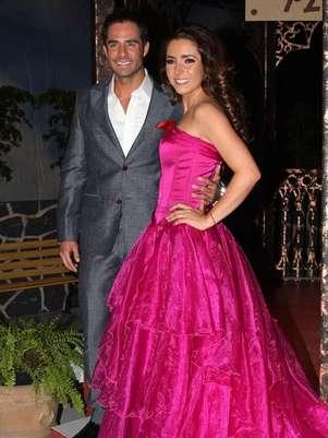 Ariadne Díaz y José Ron protagonizan la telenovela 'La Mujer del Vendaval'. Foto: MezcalENT