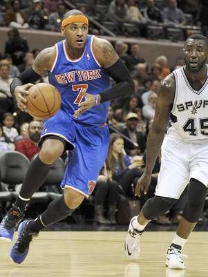 Carmelo Anthony, a la izquierda, de los Knicks de Nueva York, conduce el balón ante DeJuan Blair de los Spurs de San Antonio durante el primer medio del partido del jueves 15 de noviembre de 2012, en San Antonio.  Foto: Darren Abate / AP