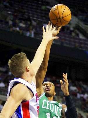 El brasileño Leandro Barbosa (12), de los Celtics de Boston, dispara al aro, defendido por el alero de los Pistons de Detroit Jonas Jerebko, en la primera mitad de un partido de la NBA el domingo, 18 de noviembre del 2012.  Foto: Duane Burleson / AP